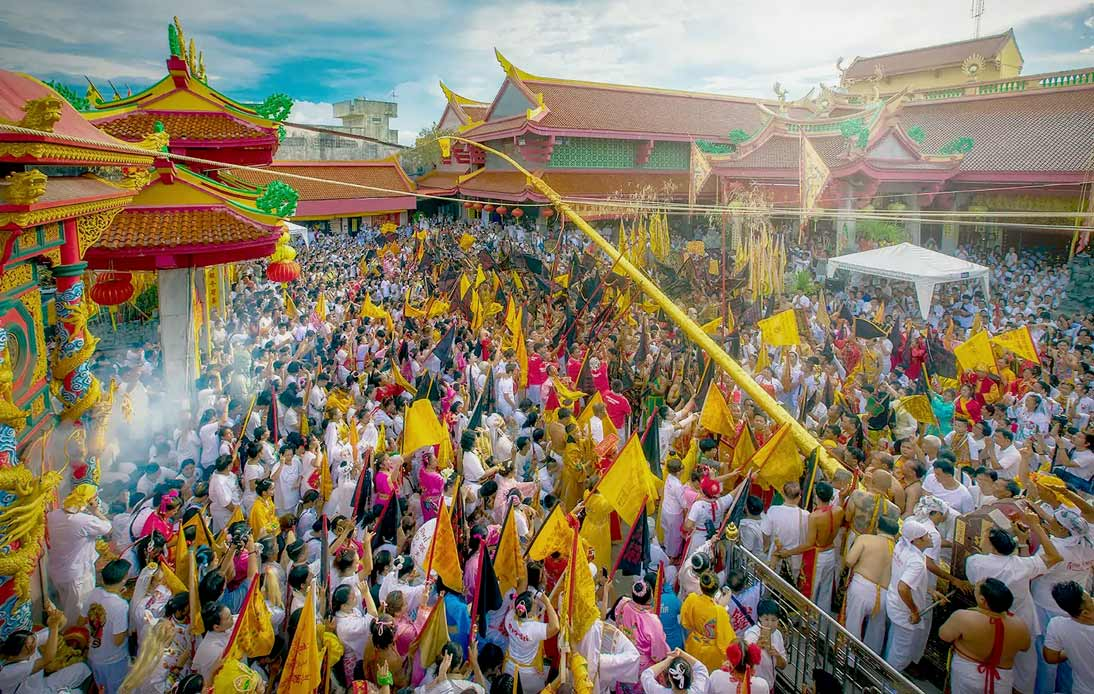 People celebrate the jay festival in a Chinese temple