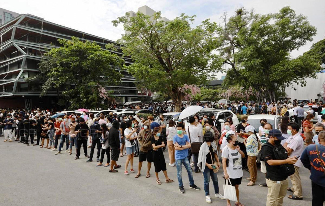 Free COVID-19 Testing Service in Thonglor Sees Big Crowd